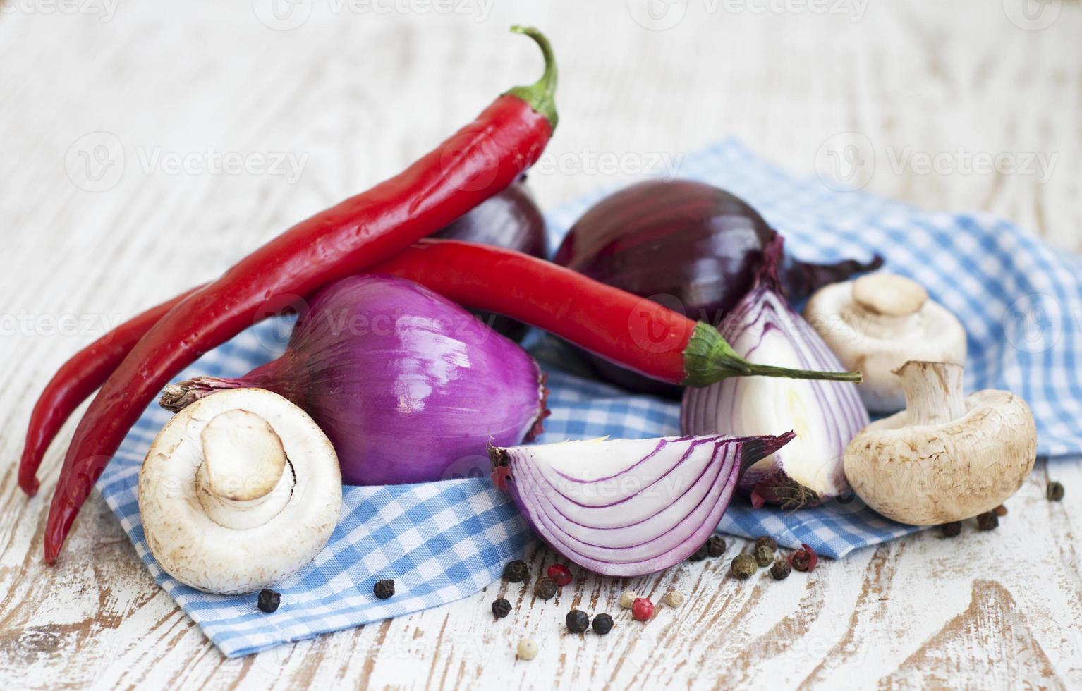 Chilis, rote Zwiebeln, Pilze und Knoblauch foto