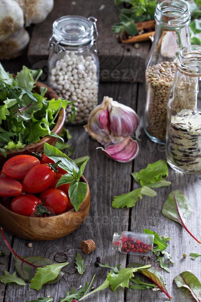 Tomaten, Salatblätter, Bohnen und Reis foto