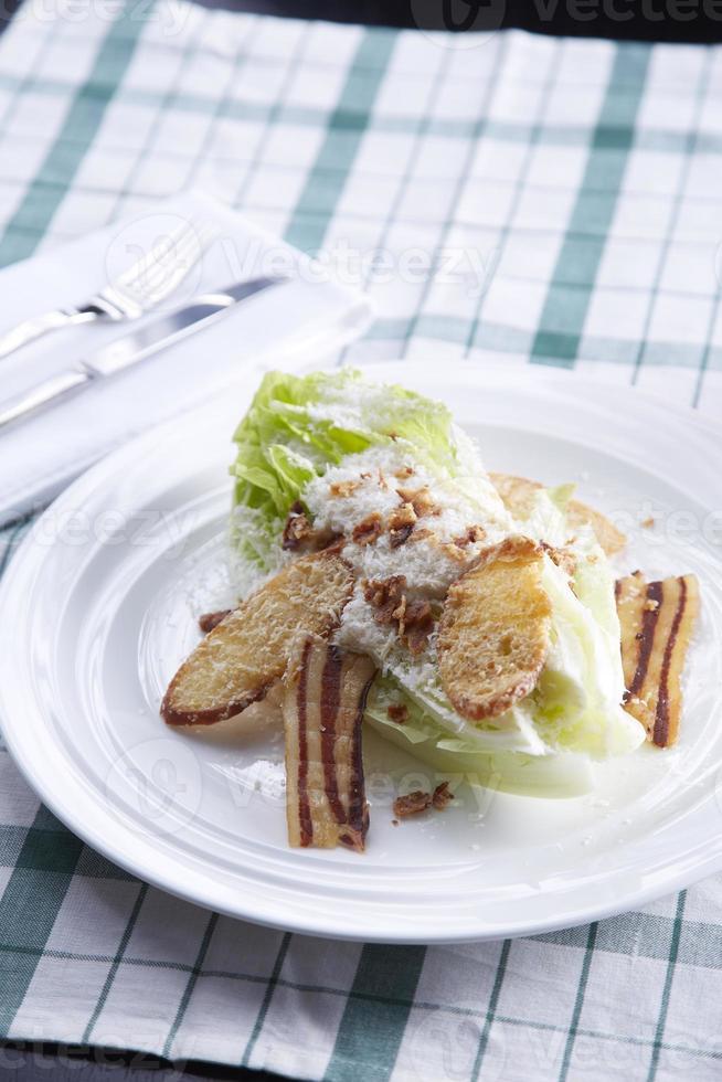 Caesar Salat auf weißem Teller foto