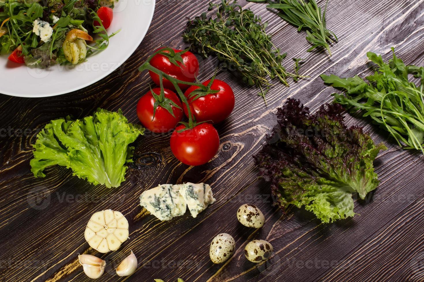 Salat mit Garnelen und seinen Zutaten. foto