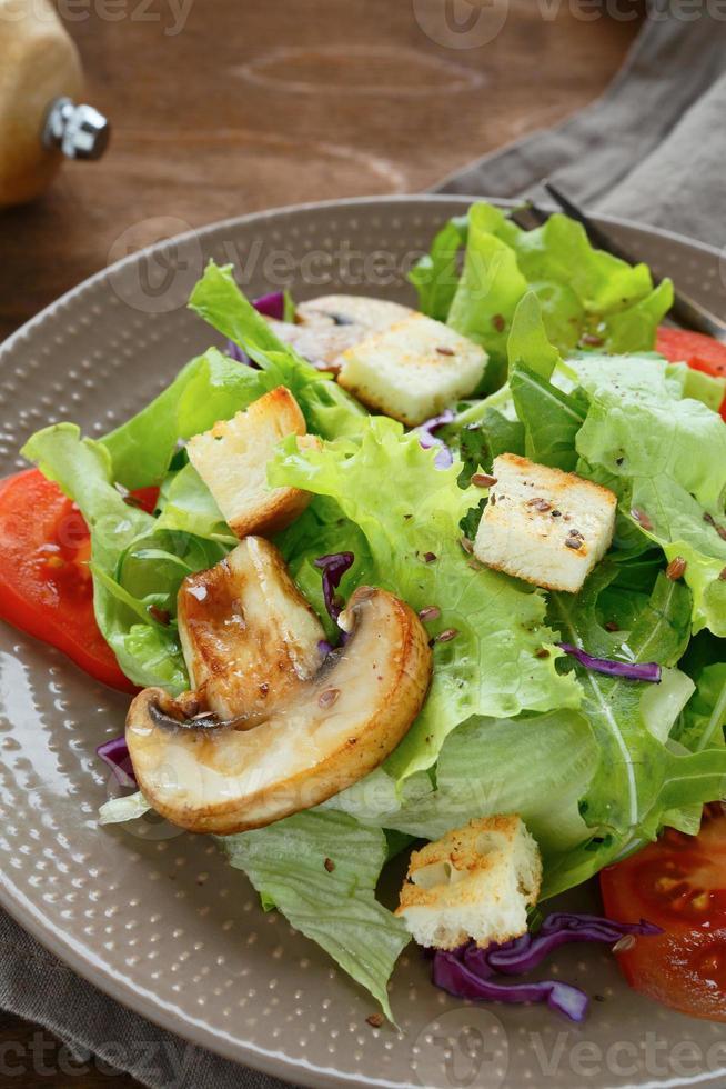 knuspriger Salat mit Pilzen und Croutons foto
