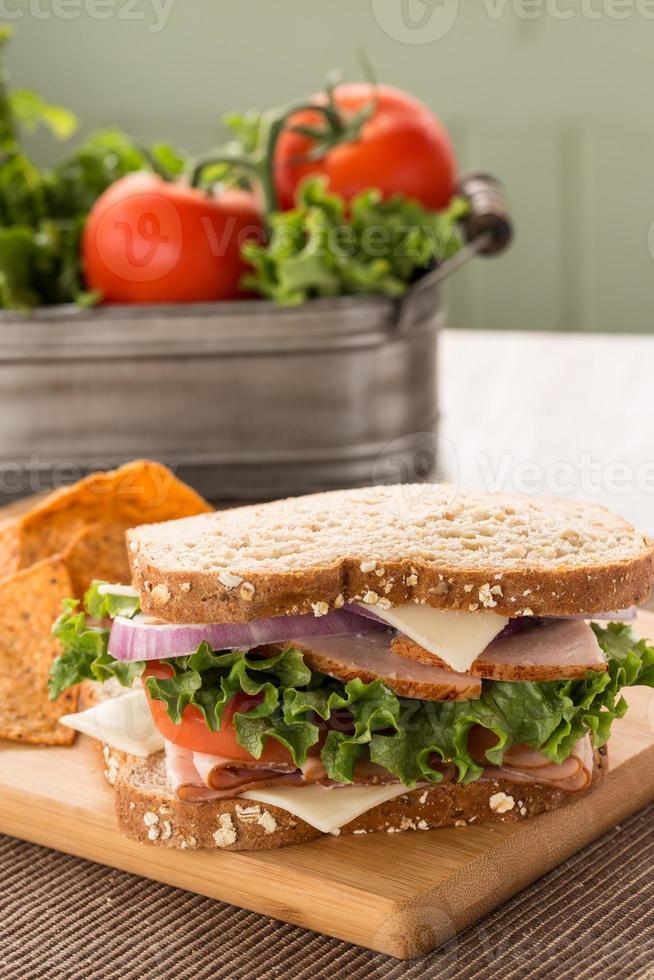 Schinken-Puten-Sandwich mit Salat und Tomaten foto