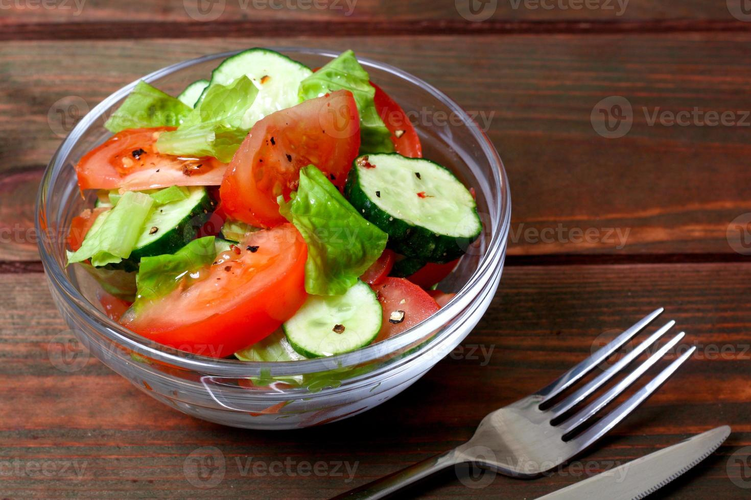 frischer Salat mit Tomaten, Gurken und Salat foto
