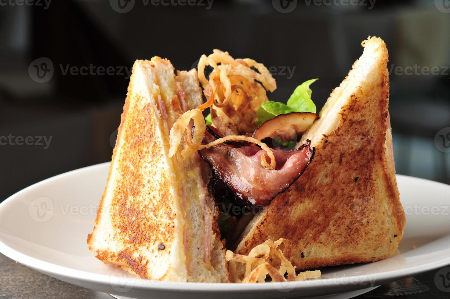 Zwei-Club-Sandwich mit gebackenem Speck foto