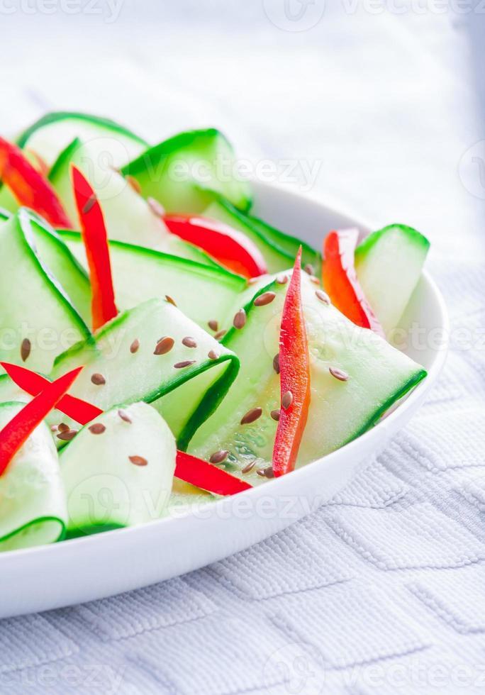 Salat mit Gurke, Paprika und Leinsamen foto