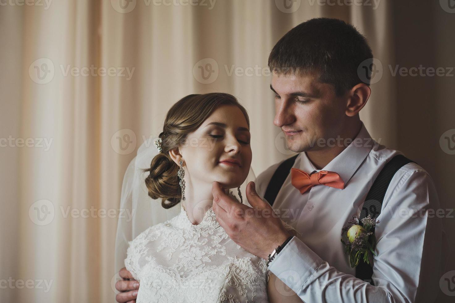 Der Mann umarmt zärtlich seine Frau foto
