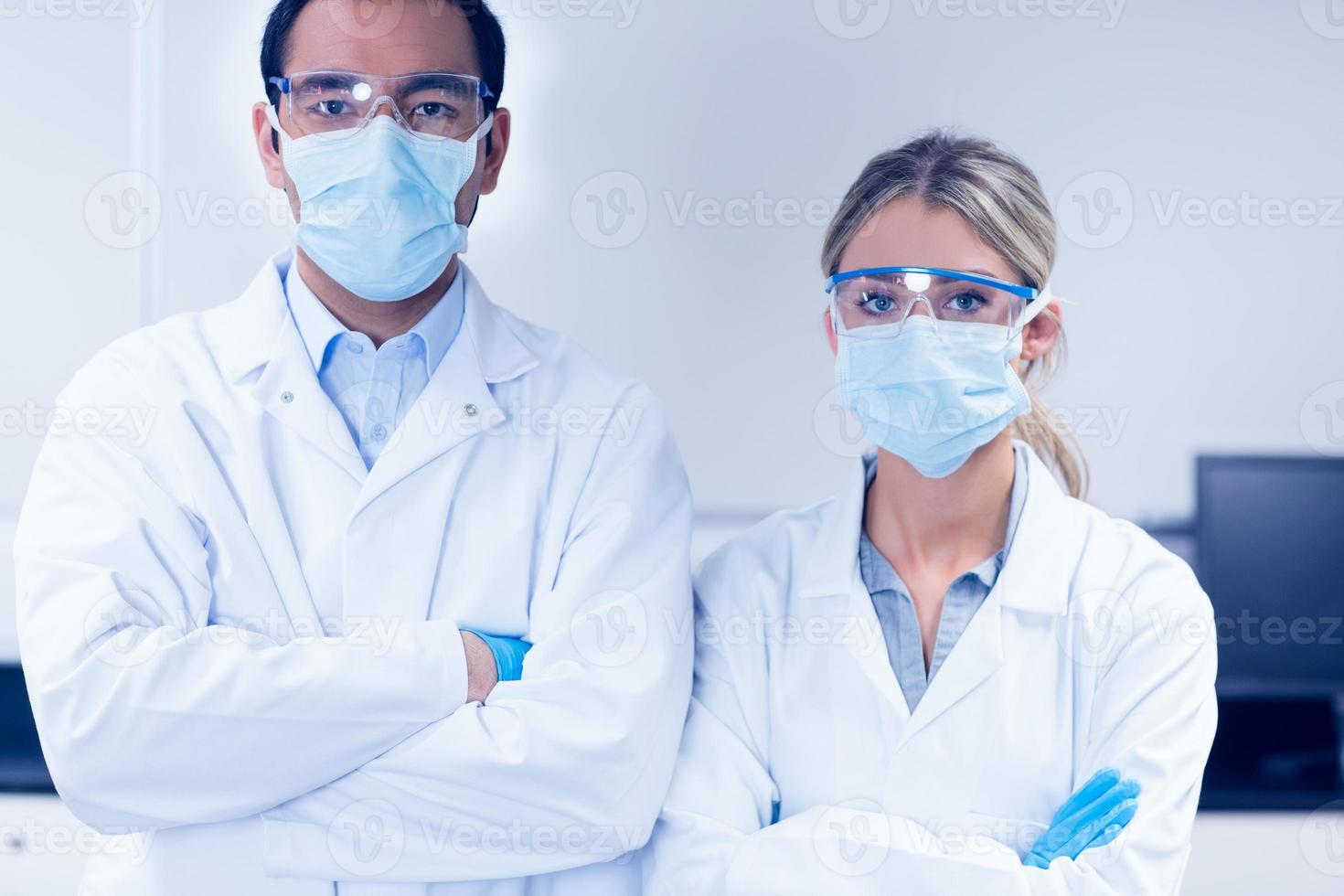 Studenten der Naturwissenschaften tragen Schutzmasken foto