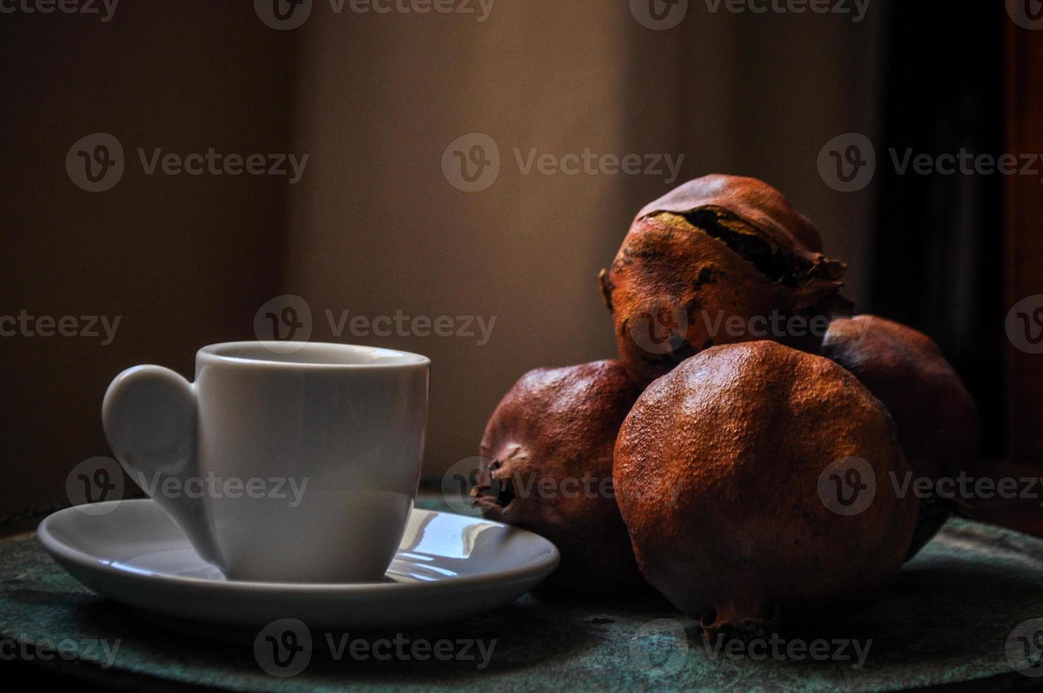 griechischer Kaffee und Granatapfel in atmosphärischem Licht foto