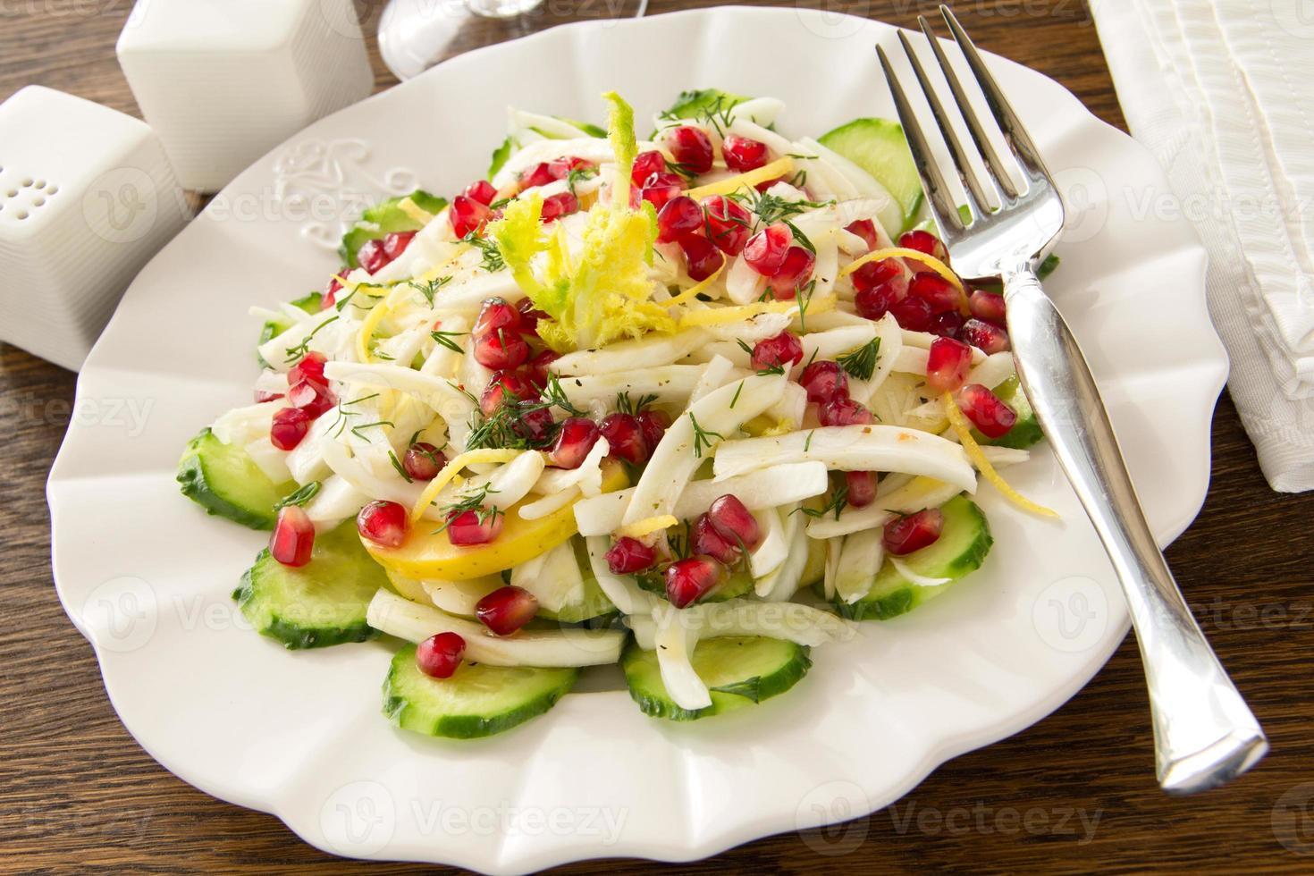 Fenchelsalat mit Gurken, Äpfeln und Granatapfel. foto