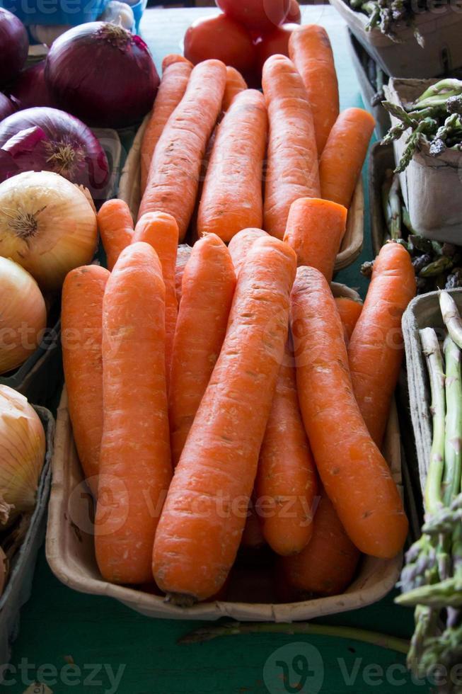 Karotten auf dem Bauernmarkt foto