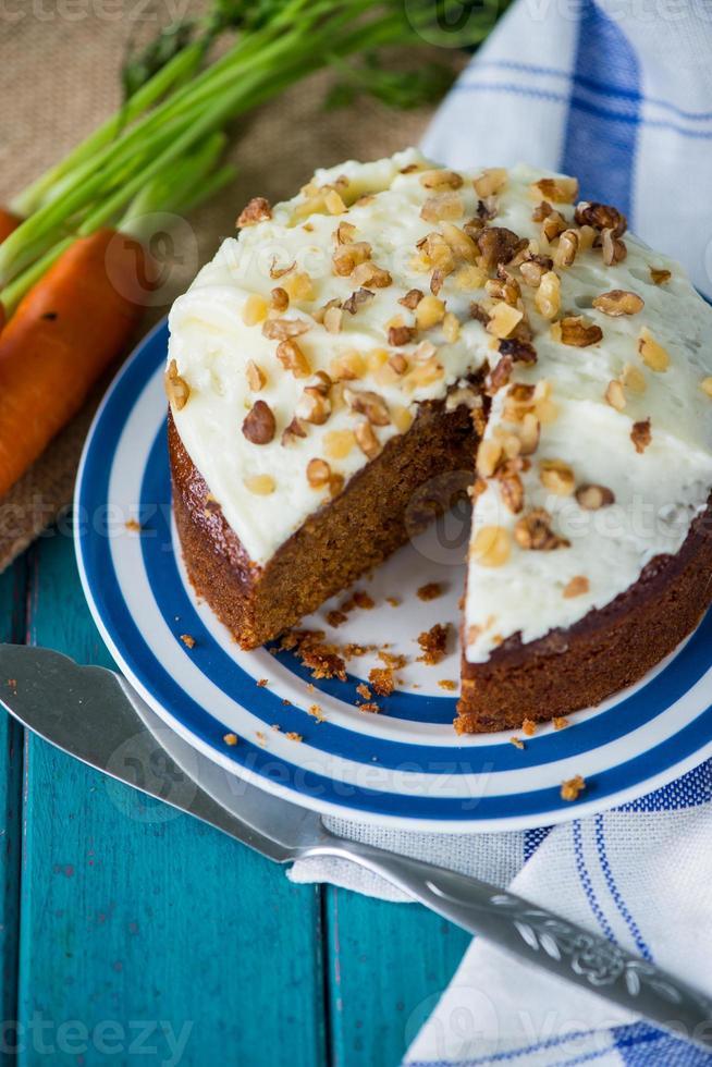 traditioneller hausgemachter Karottenkuchen und frische Karotten foto