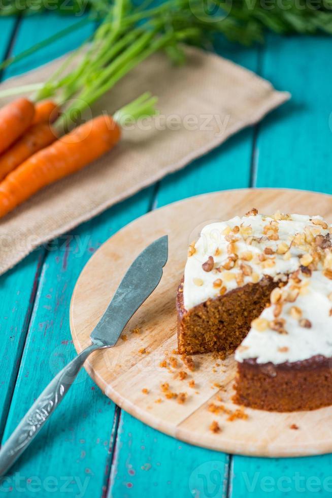 Karottenkuchen und frische Karotten auf dem Tisch foto