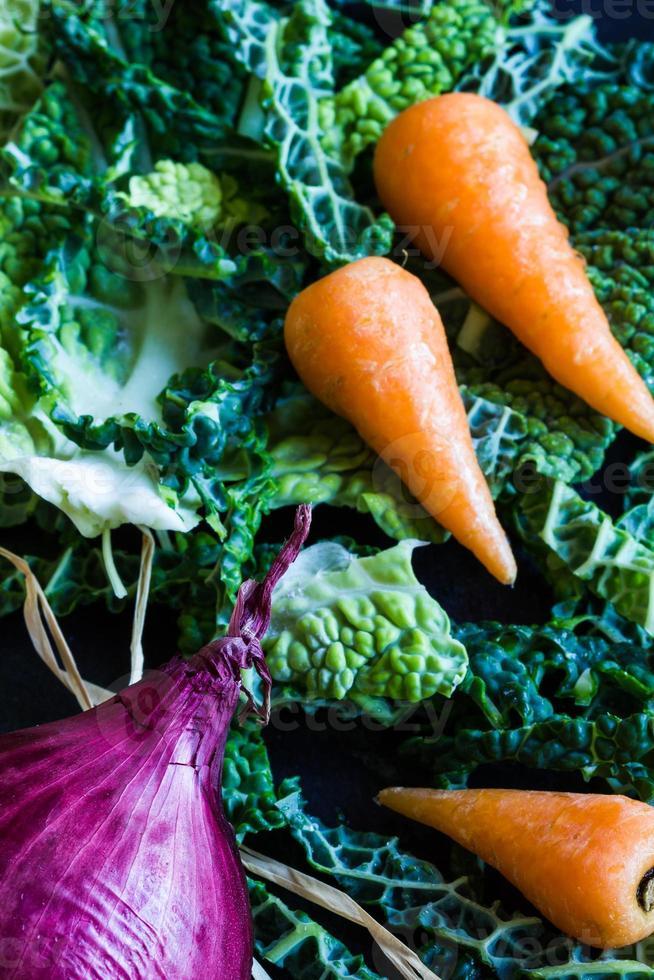 zerkleinerter Wirsing, rote Zwiebel und Baby-Chantenay-Karotten foto