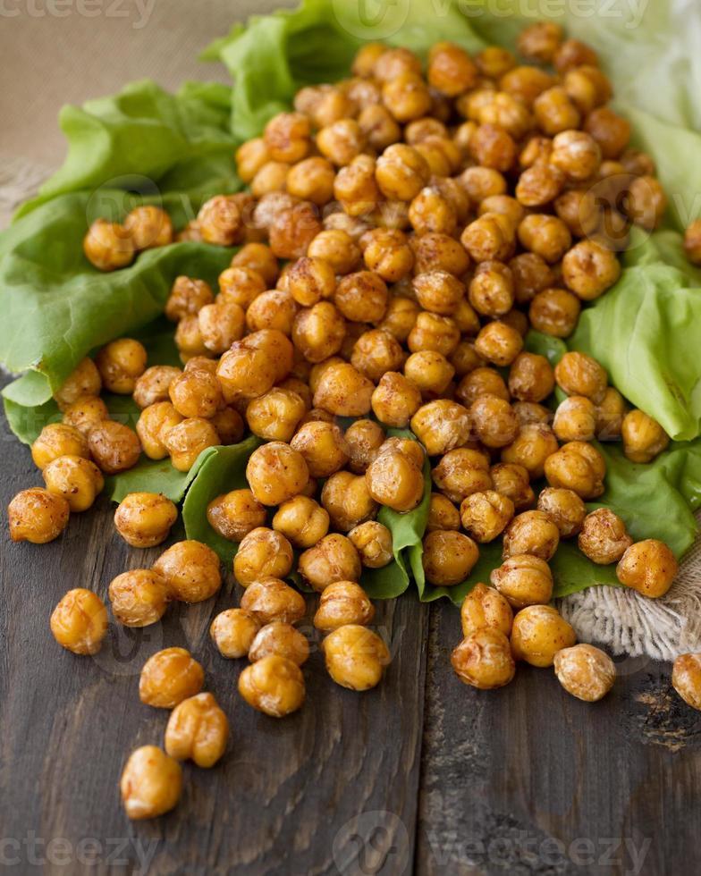 Salat mit würzig gerösteten Kichererbsen foto
