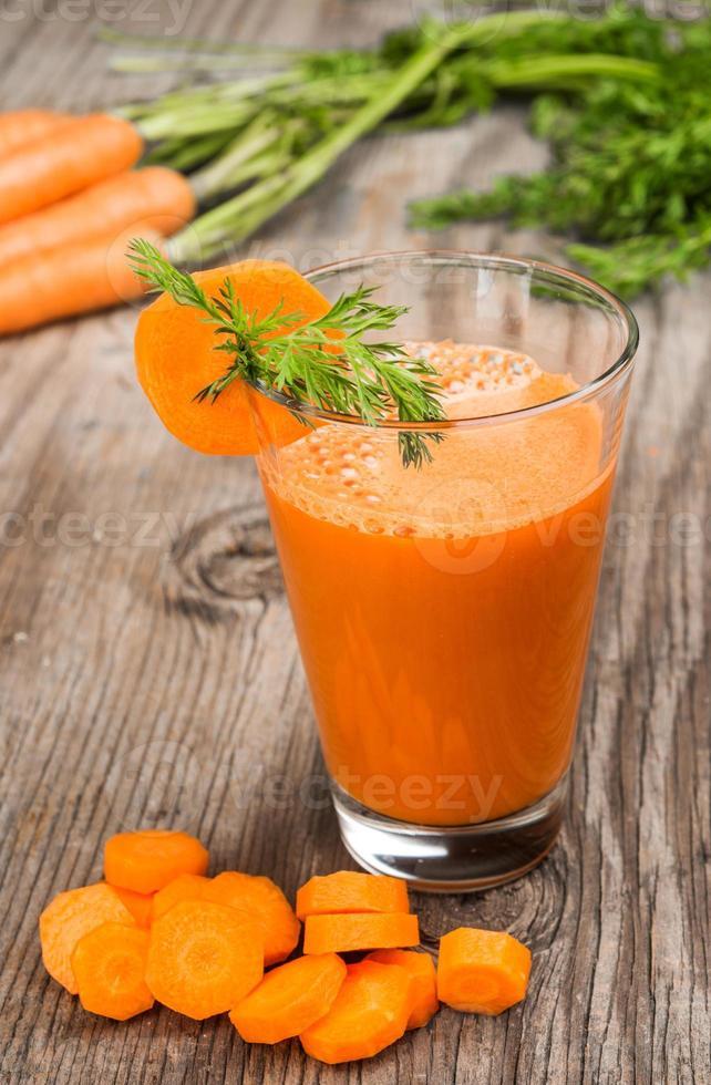 frisch gemachter Karottensaft foto