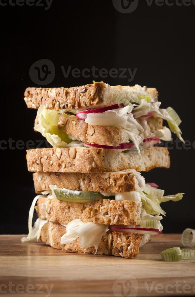 Club Sandwich mit Radieschen, Salat, Gurke foto