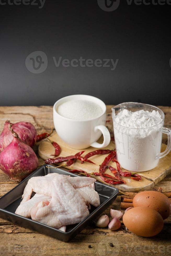 aw Hühnerflügel mit Gewürzen - fertig zum Kochen foto