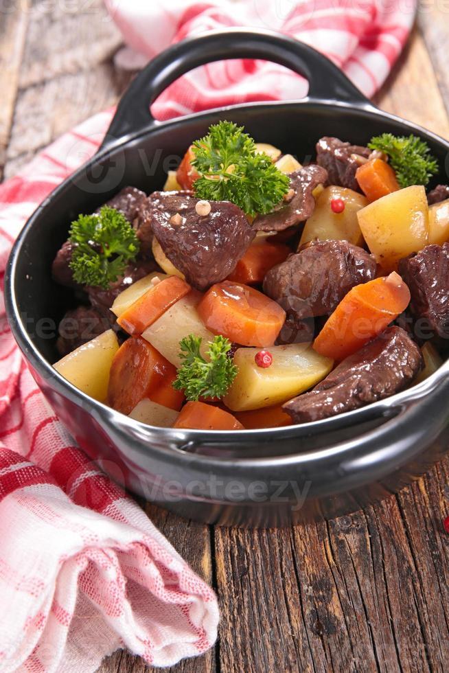 Rindfleischeintopf mit Weinsauce und Gemüse foto
