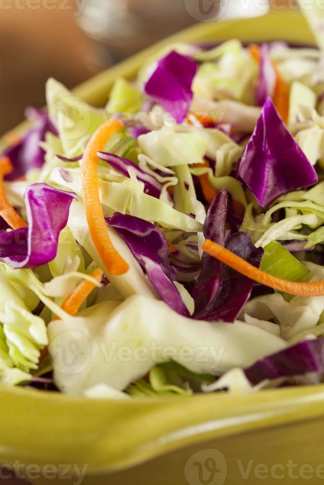 hausgemachter Krautsalat mit Kohlschnitzel und Salat foto