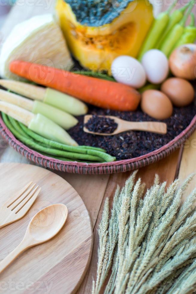 sauberes Essen, Gemüse gesetzt, auf Holztisch foto