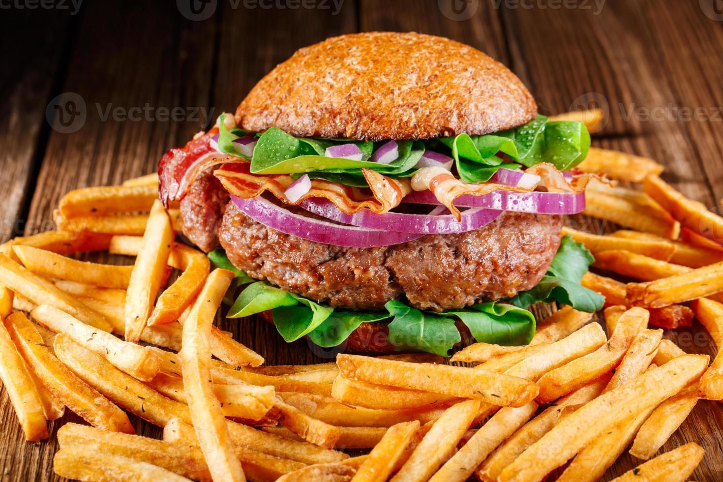 Burger und Pommes. Vintage-Stil. foto