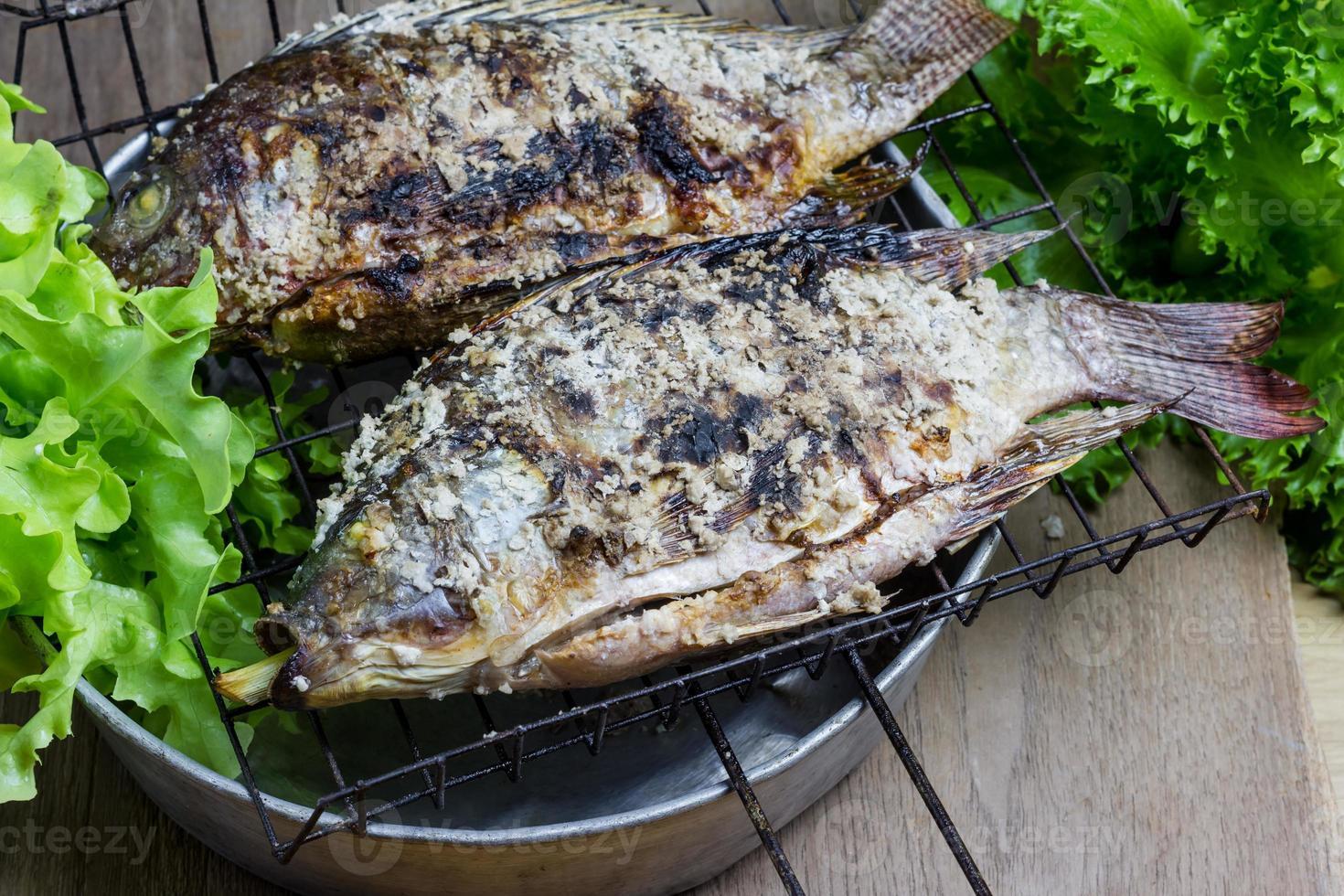 Gegrillter Nil-Tilapia-Fisch mit Salzkruste foto
