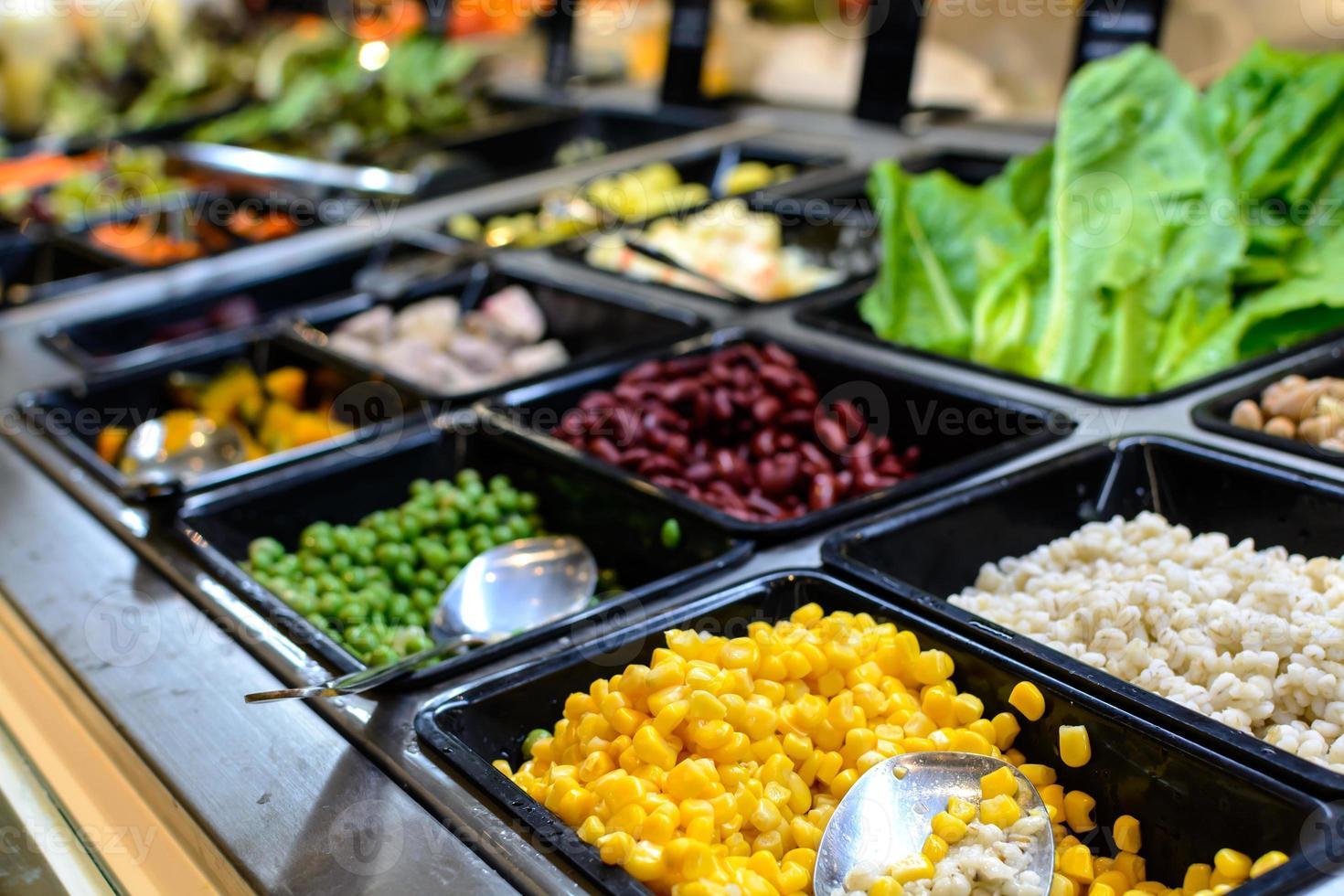Salatbar im Supermarkt foto