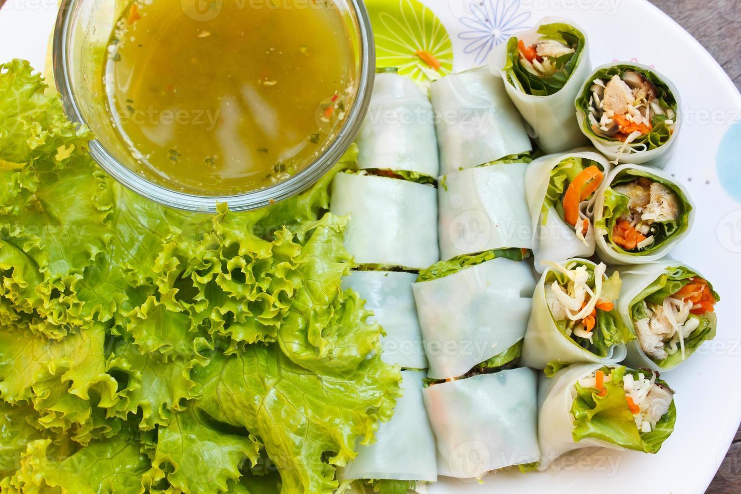 gewickelte gebratene Makrele mit Nudeln, thailändisches Essen. foto