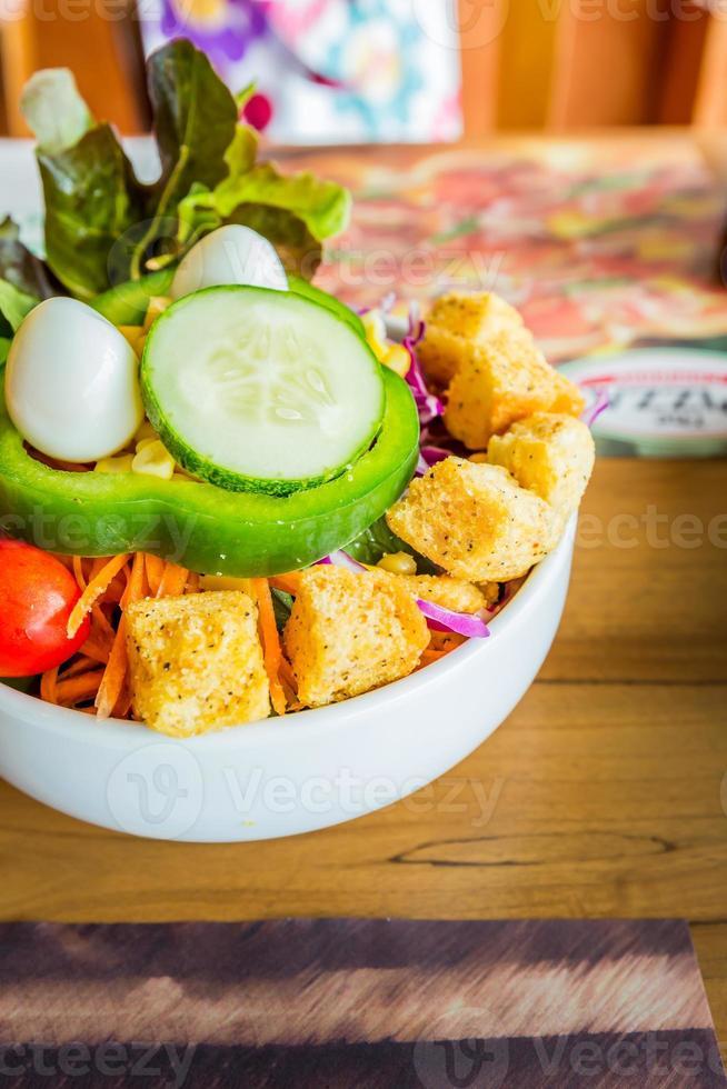 frischer Bio-Gartensalat mit Keksen und Wachteleiern foto