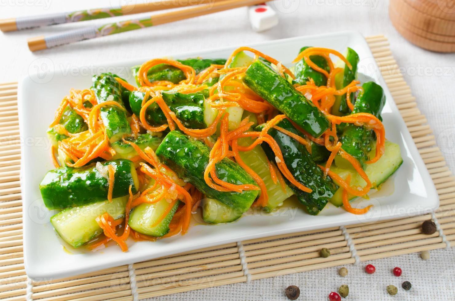 Gurkensalat mit Karotten foto