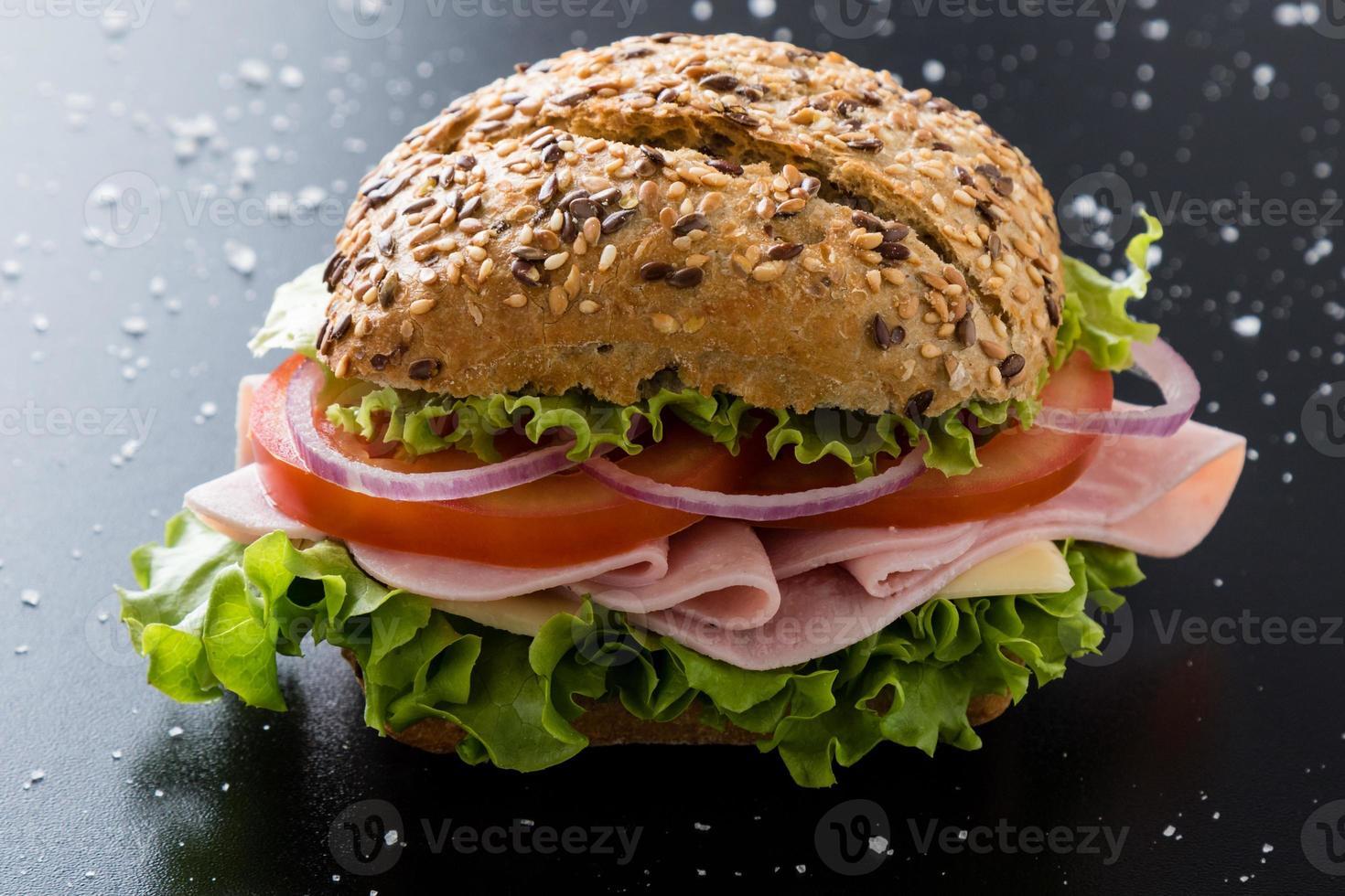 Schinkensandwich mit braunem Brötchen foto