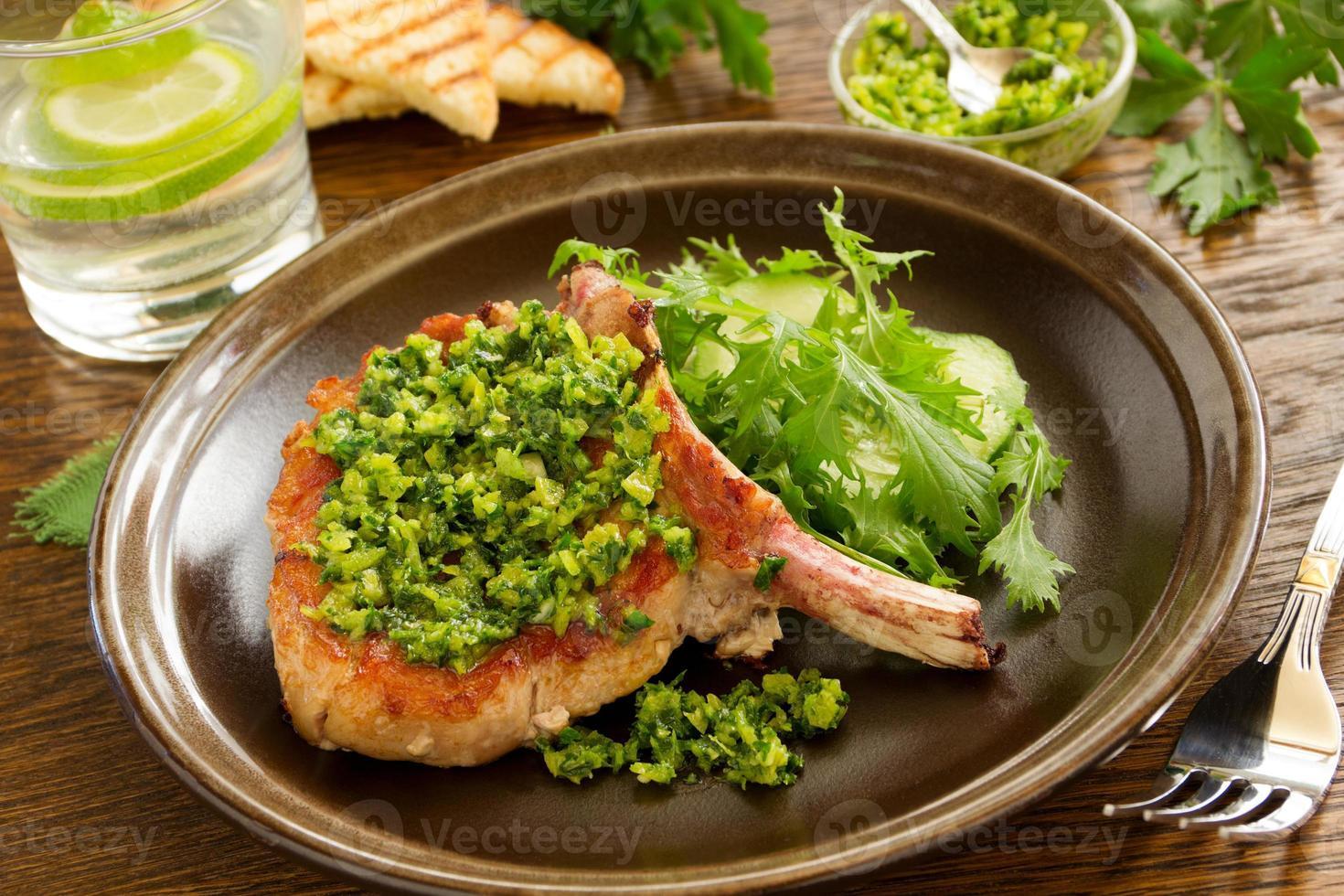 natürliches Schnitzel am Knochen mit Gremolatoy. foto