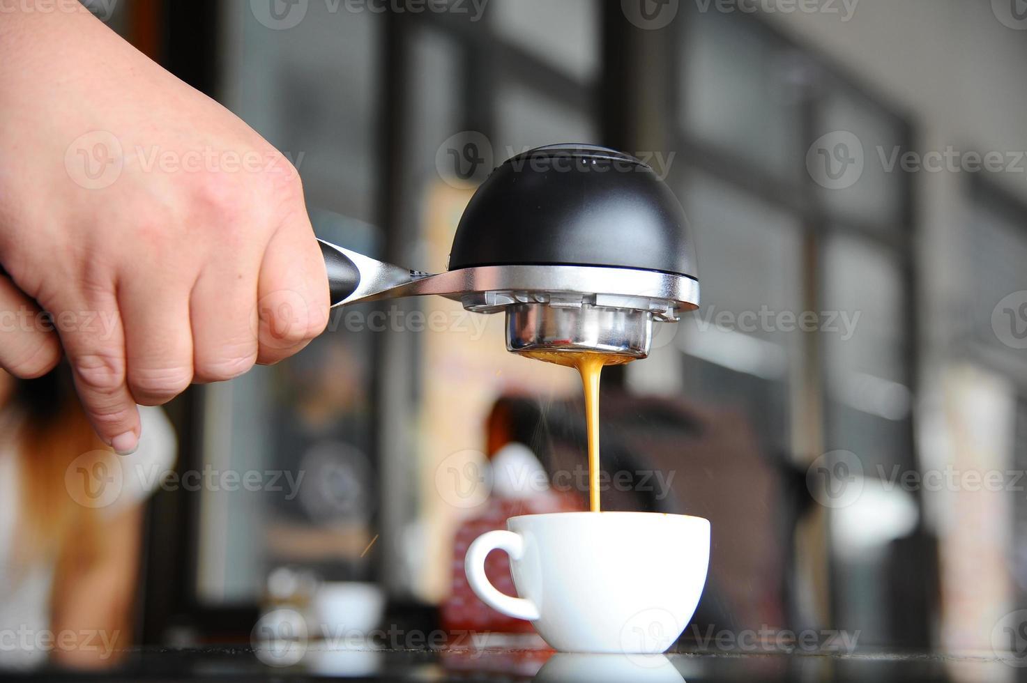 mobile Espressomaschine in der Hand Barista. foto