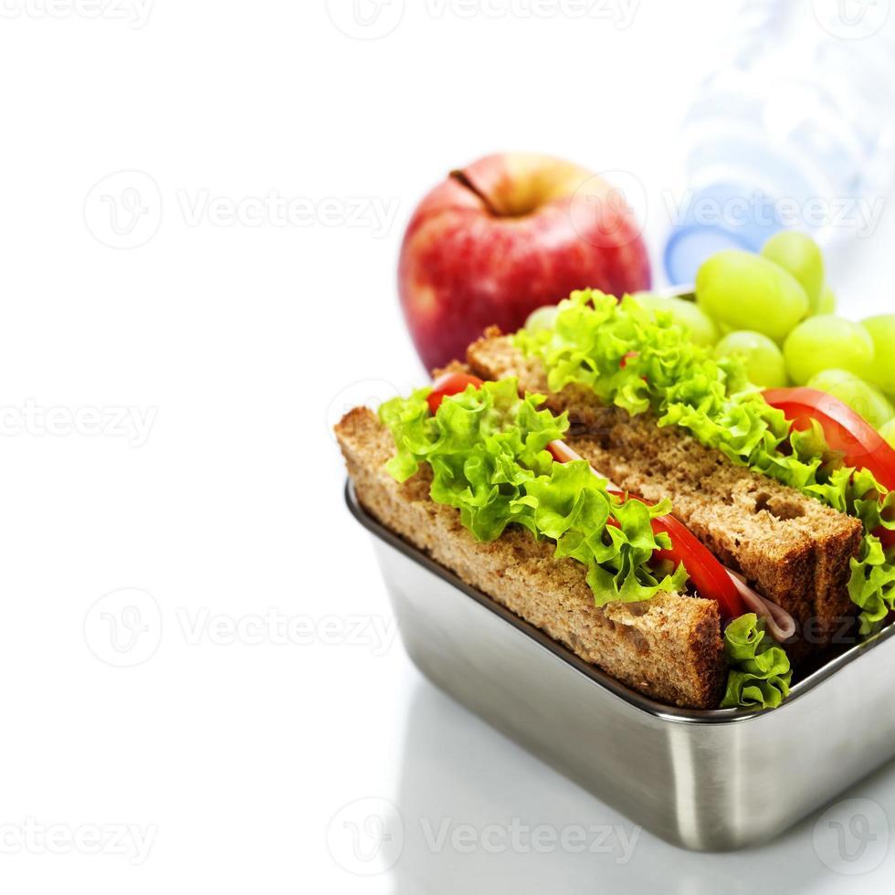 Brotdose mit Sandwiches und Obst foto
