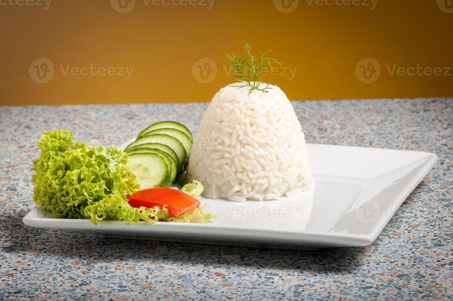 Reis auf weißem Teller foto