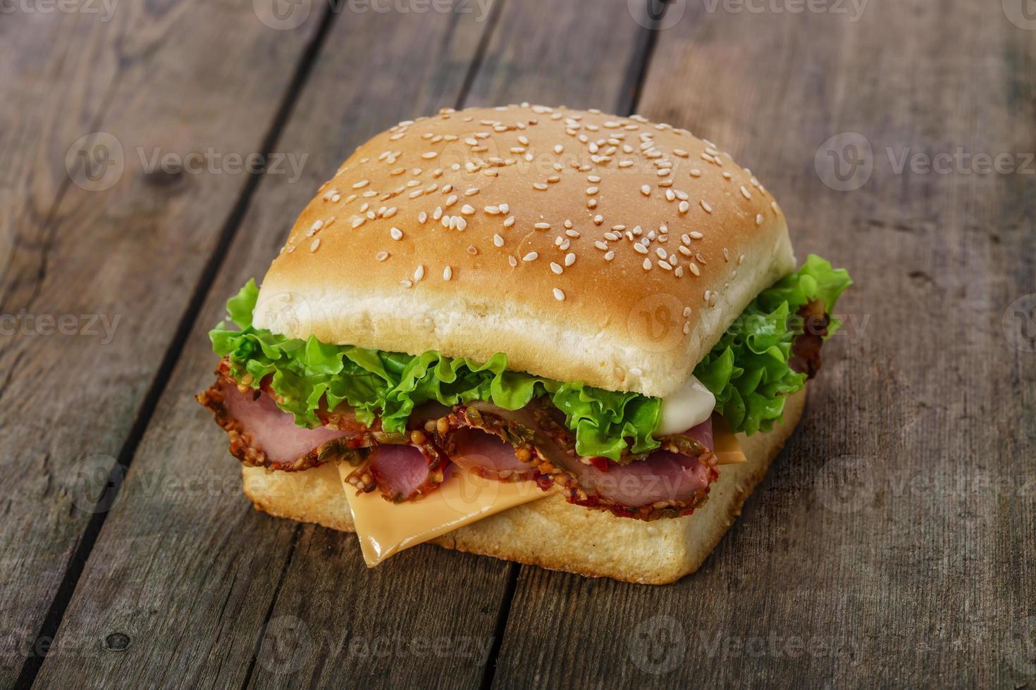 quadratisches Sandwich mit Schinken und Käse foto