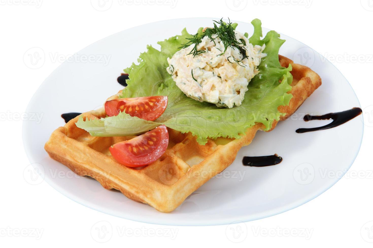 Teller mit Fast Food, belgischer Waffel, Beilage, Tomate, Salat foto