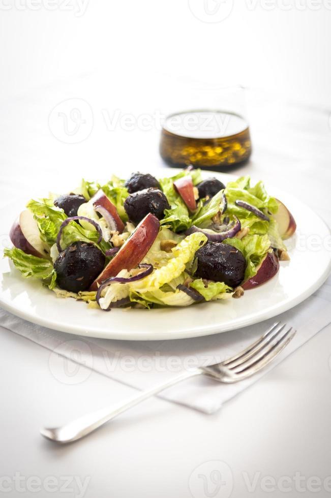 Rote-Bete-Apfel-Salat auf weißer Tischdecke foto