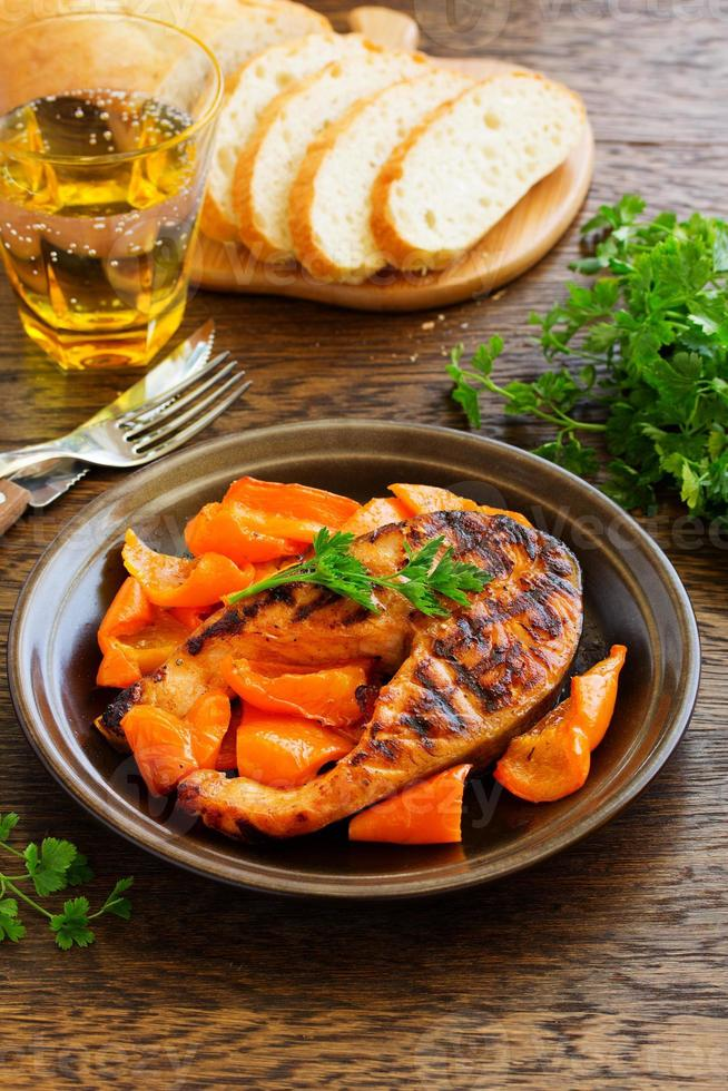 Gegrillter Lachs mit Sojasauce mit Gemüse. foto
