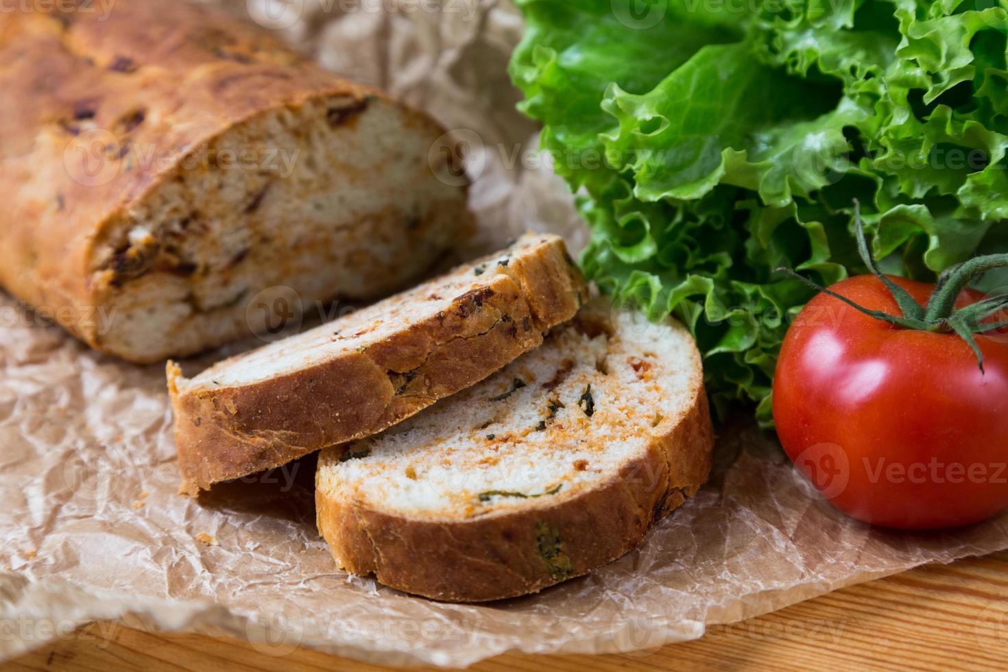 weiß geschnittenes hausgemachtes Baguette mit getrockneten Tomaten foto
