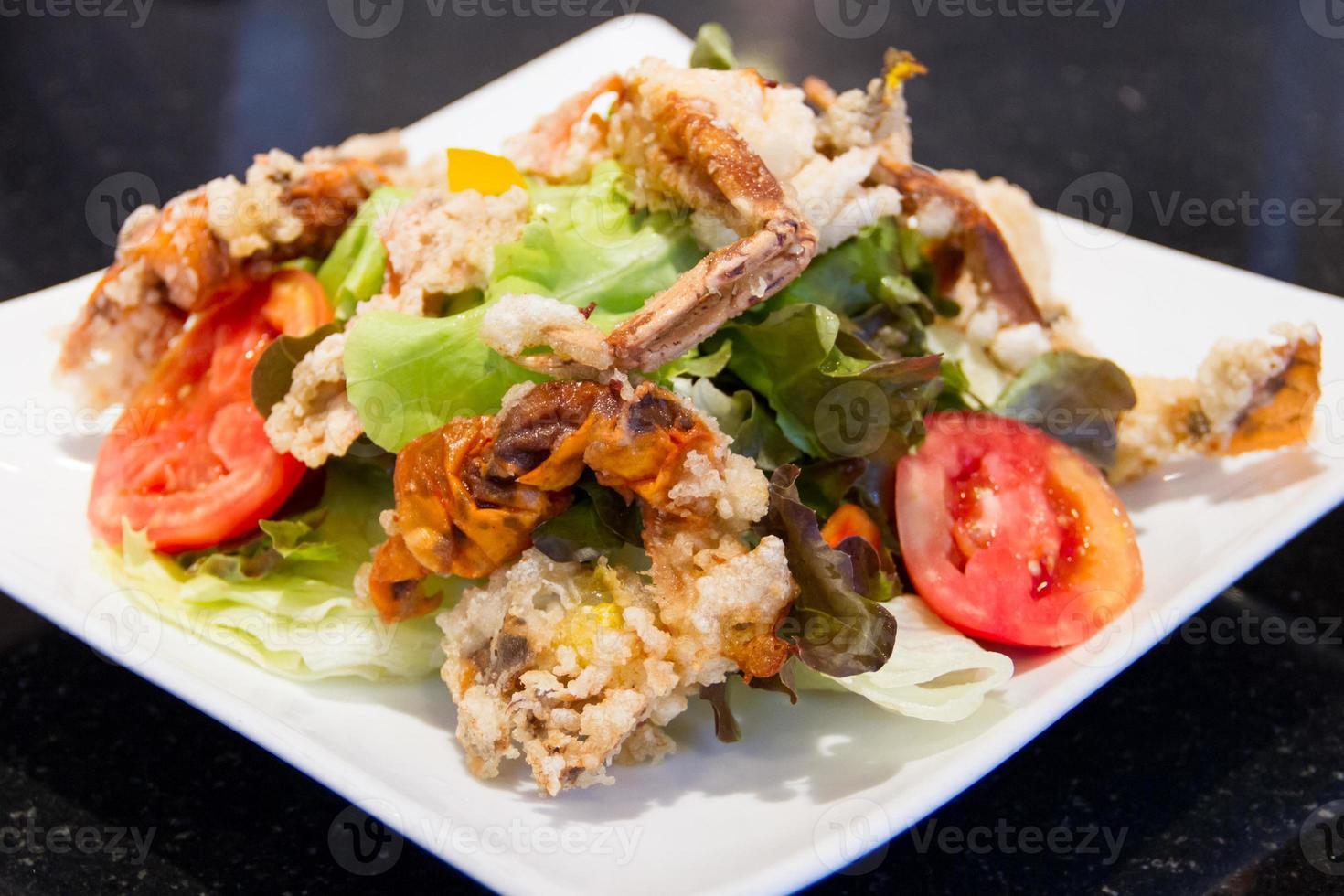 gebratener Salat mit weichen Krabben foto