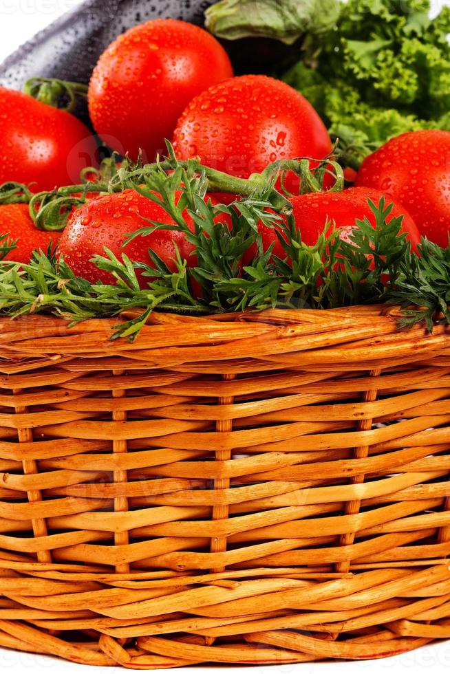 Nahaufnahme von frischem Gemüse mit Tau im Korb foto