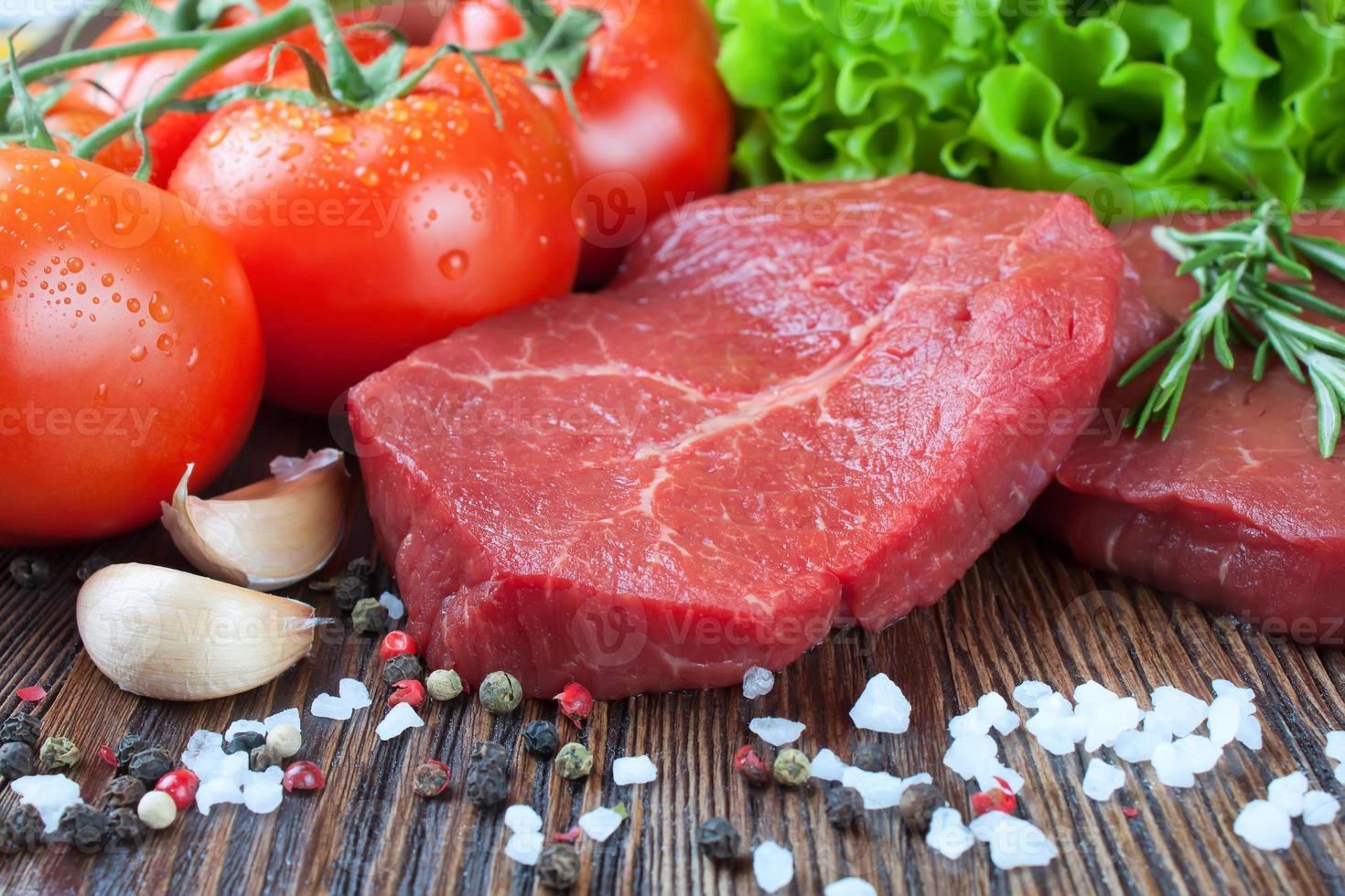 rohes Rindersteak mit Gemüse und Gewürzen foto