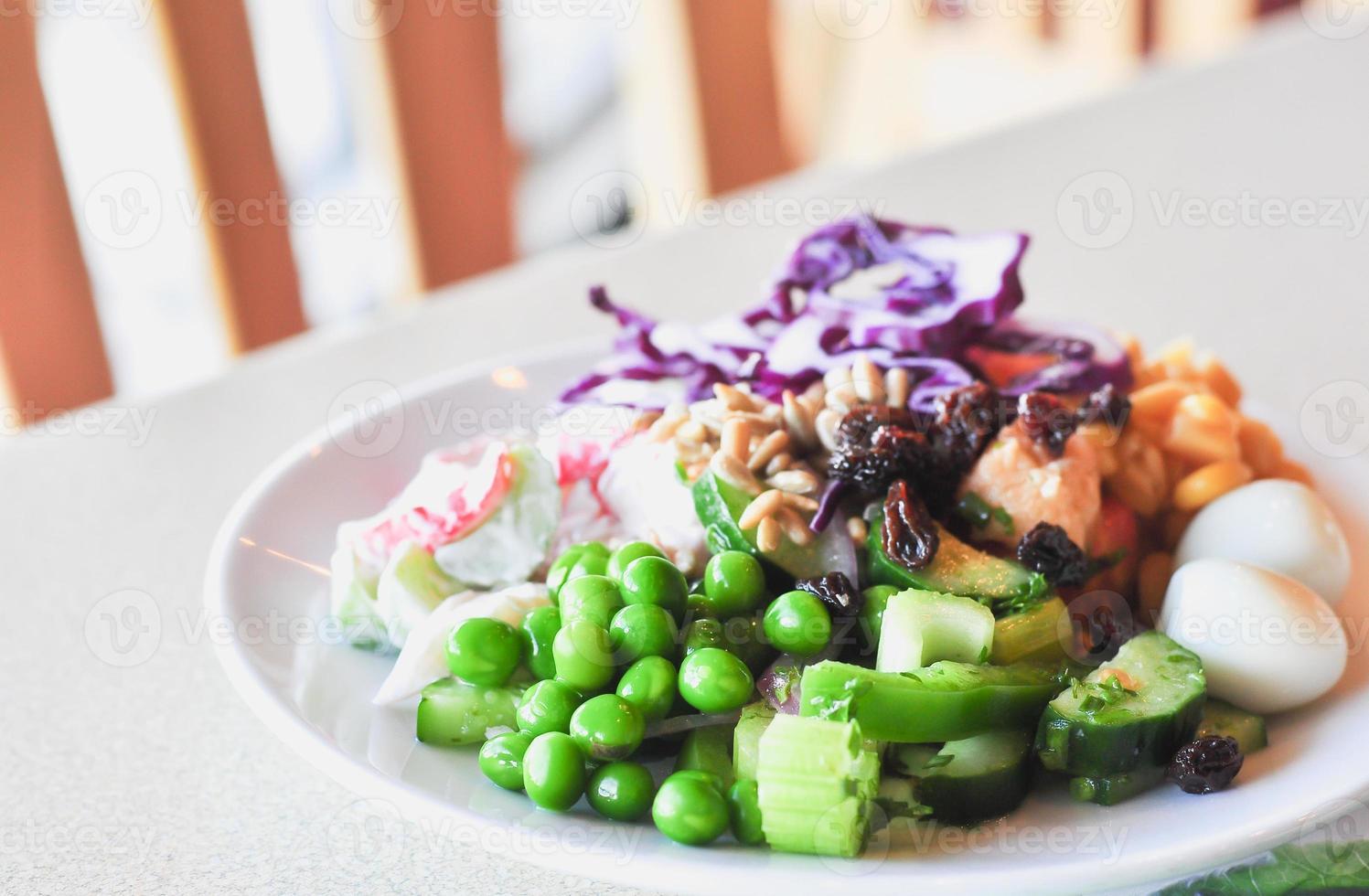 frischer Gemüsesalat auf weißer Scheibe, Nahaufnahme foto