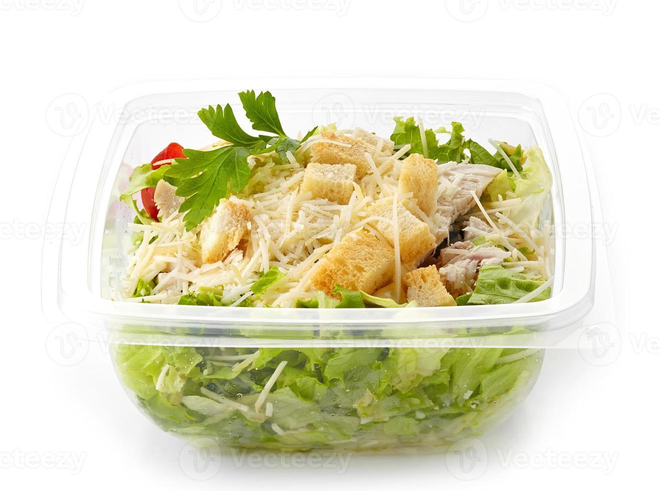 Salat in einer Plastikbox zum Mitnehmen foto
