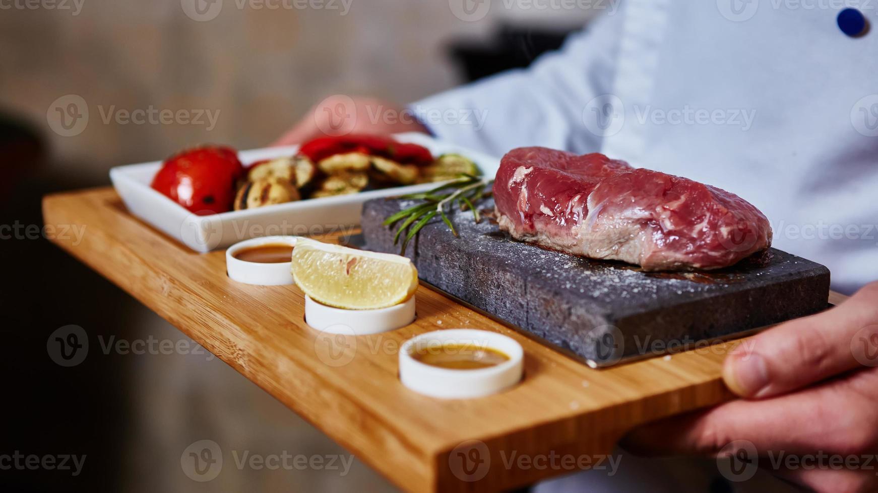 Fleisch auf Stein mit Gemüse gegrillt foto