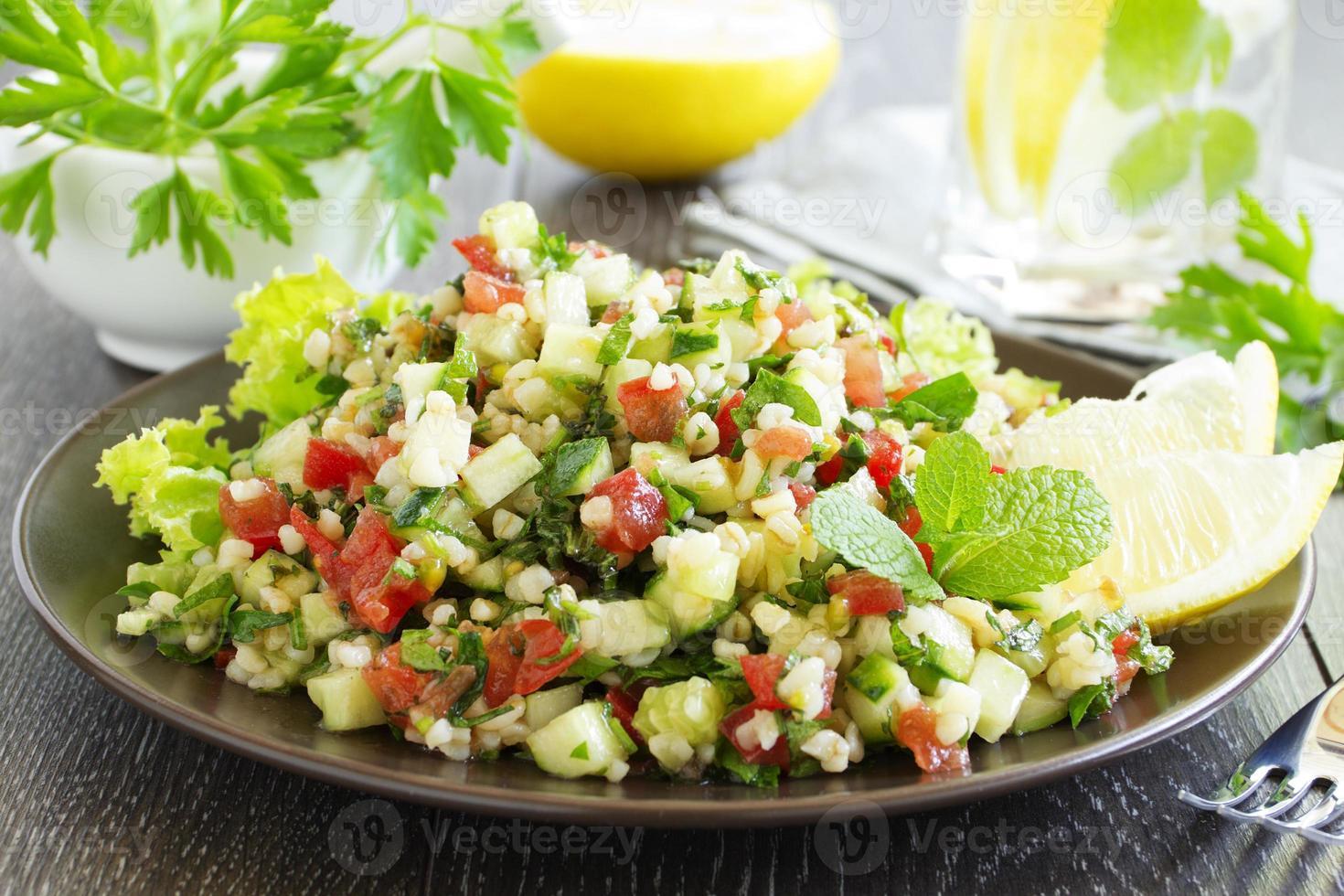 Tabouleh-Salat mit Bulgur und Petersilie. foto