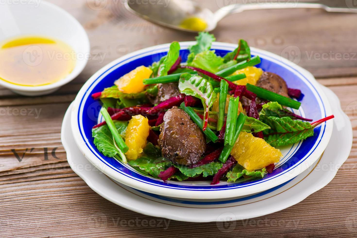Salat mit Rüben und Hühnerleber foto