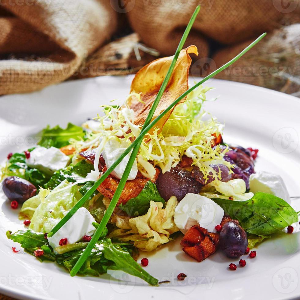 frischer Frühlingssalat mit Feta-Käse, rote Zwiebel in Weiß foto