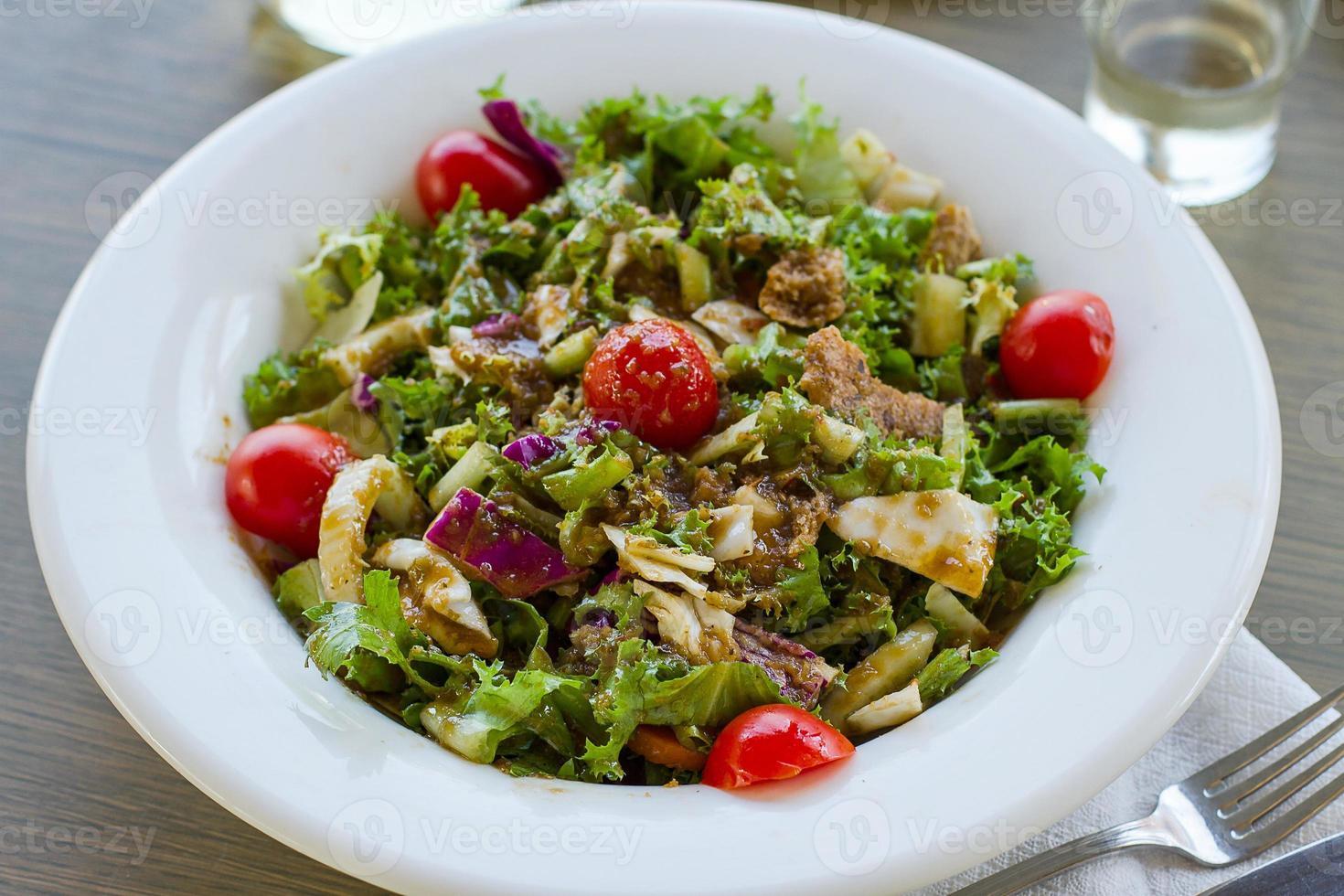Griechischer Salat mit Tomaten und Crackern foto